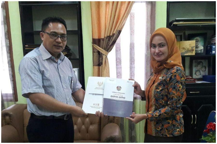 Suhendra S, Direktur Utama Lembaga Manajemen Universitas Patria Artha bersama Bupati Luwu Utara Indah Putri Indriani