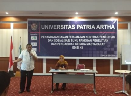 Bastian Lubis (kiri), Penandatanganan perjanjian kontrak penelitian dan pengabdian kepada masyarakat Edisi XII di Aula Kampus UPA. (doc/UPA)